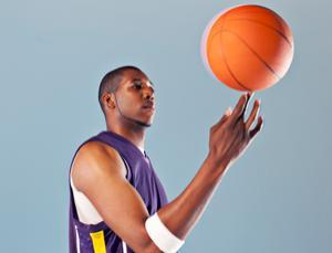 چگونه یک توپ بسکتبال را روی انگشت خود بچرخانیم
