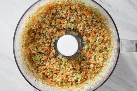 سبزیجات، پنیر، سیر و ادویه جات را داخل غذاساز اضافه کرده و مخلوط کنید.