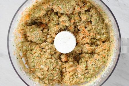 تخم مرغ و پودر سوخاری را به مواد داخل غذاساز اضافه کنید و هم بزنید