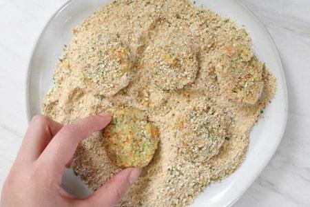 مواد را گرد کنید صاف کنید و داخل پودر سوخاری بغلتانید